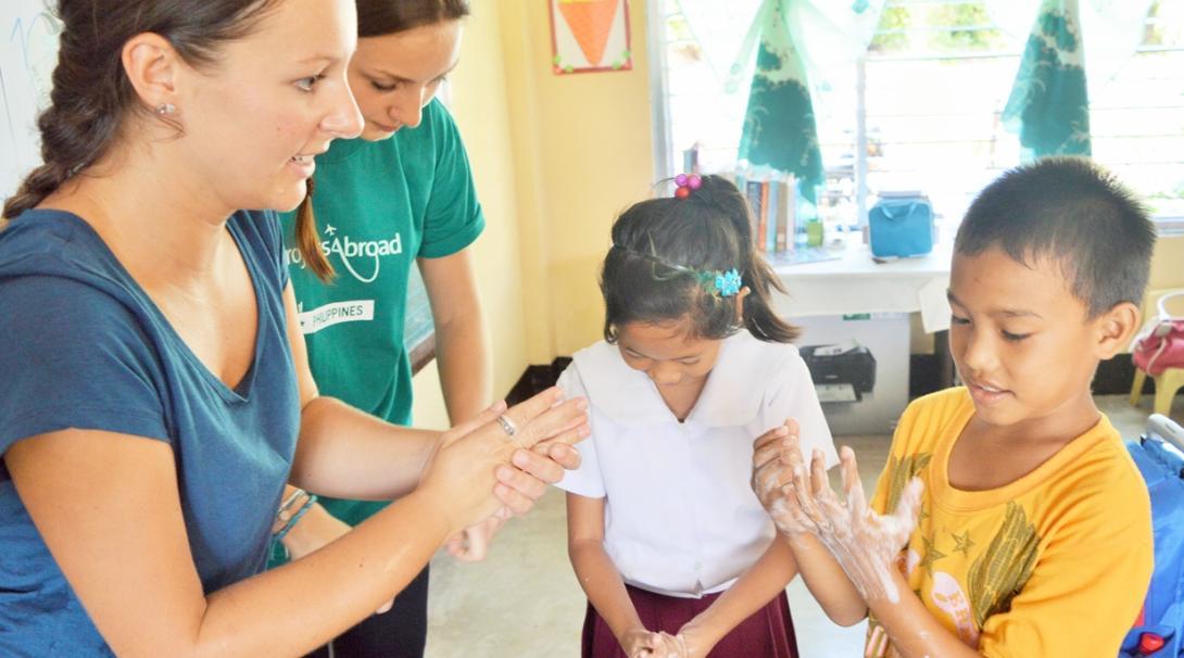 フィリピンの子供たちへの手洗い指導にあたる公衆衛生インターンたち